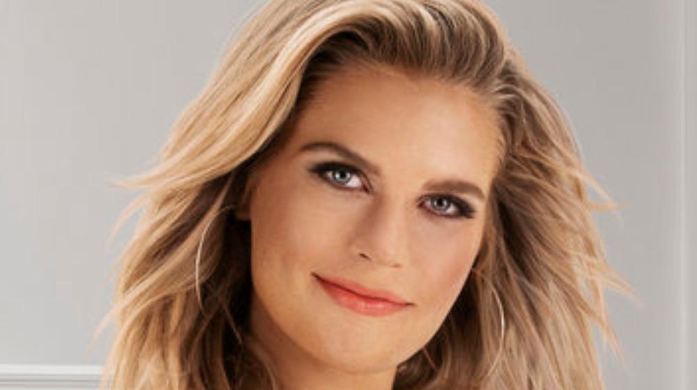Madison LeCroy posa para una foto publicitaria como miembro del elenco de Southern Charm de Bravo