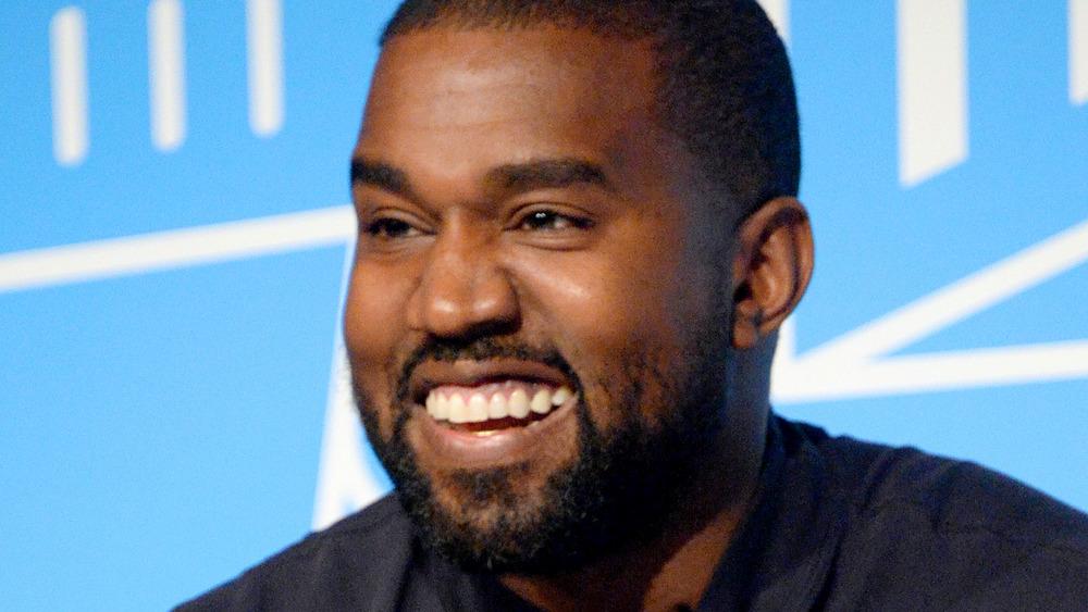 Kanye West riendo
