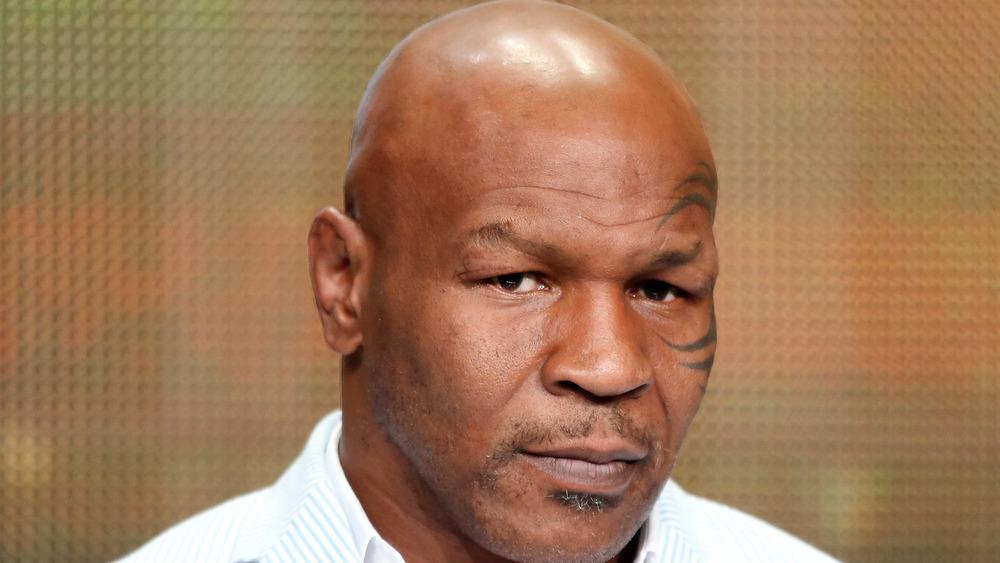 Mike Tyson mirando
