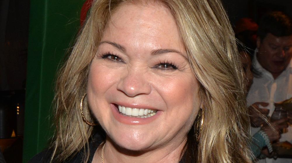 Valerie Bertinelli sonriendo en un evento