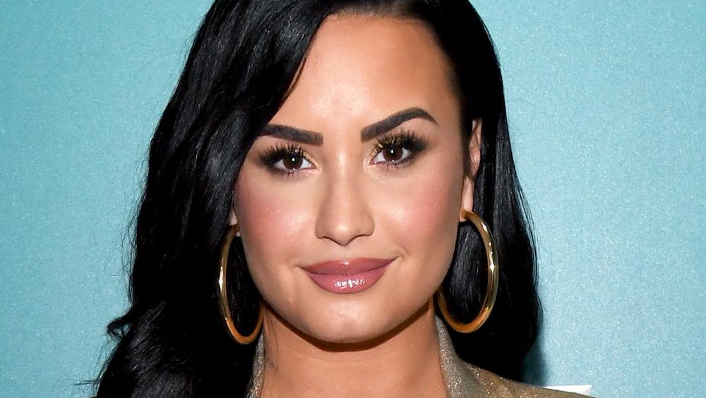 Demi Lovato posa con grandes pendientes de aro.