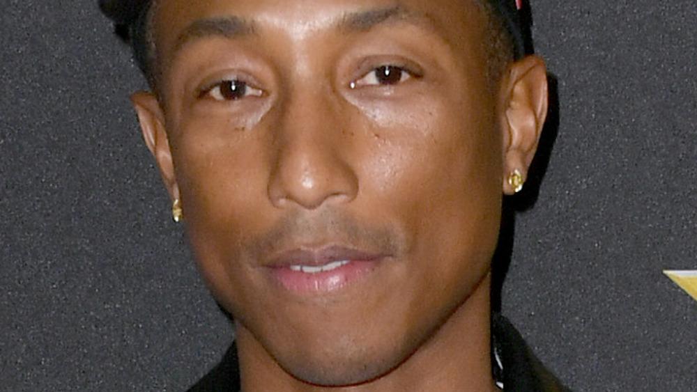 Pharrell Williams en una alfombra roja