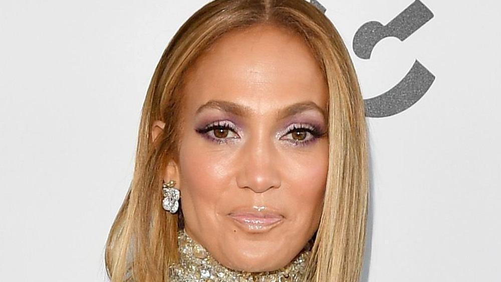 Jennifer Lopez sonríe en la alfombra roja de 2020