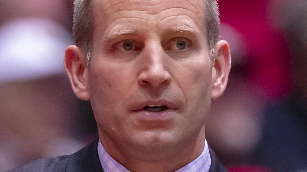 El entrenador de Alabama Crimson Tide, Nate Oats, parece preocupado