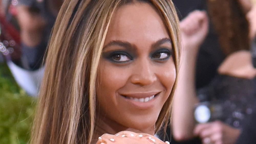 Beyoncé posa con un vestido color melocotón.