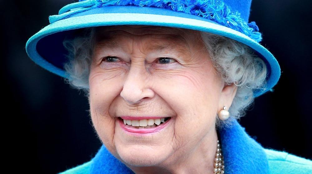 La reina Isabel II sonríe cuando llega a la estación Tweedbank el 9 de septiembre de 2015.