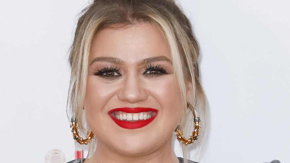 Kelly Clarkson sonriendo