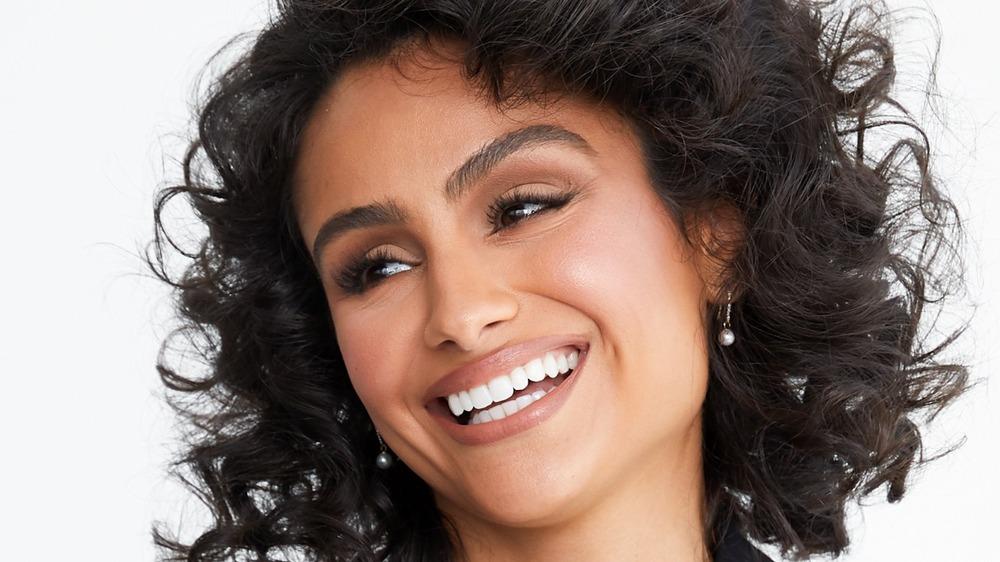 Nazamin Mandi sonriendo ampliamente