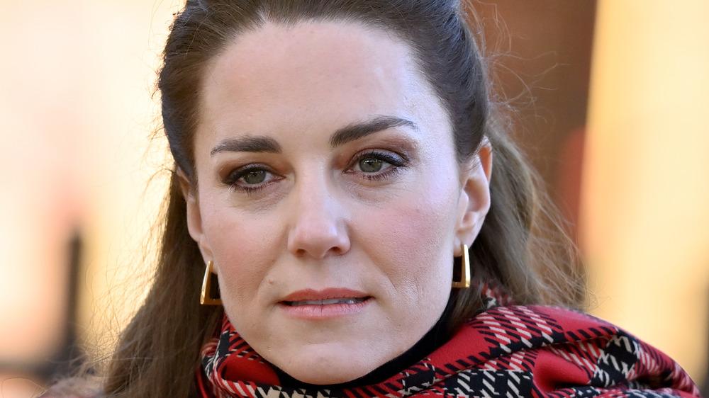 Kate Middleton con algo a cuadros sobre su cuello