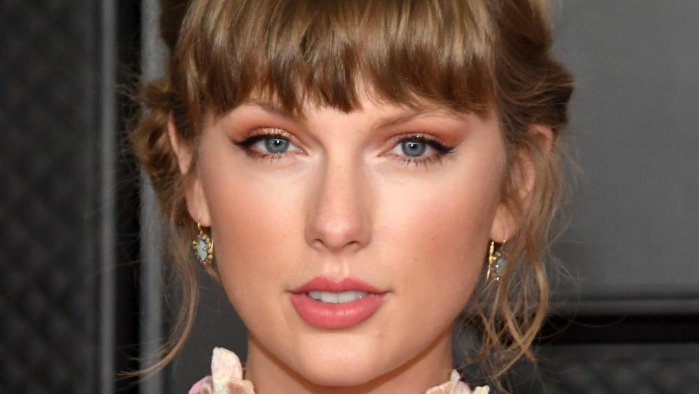Taylor Swift posando en los Grammy 2021