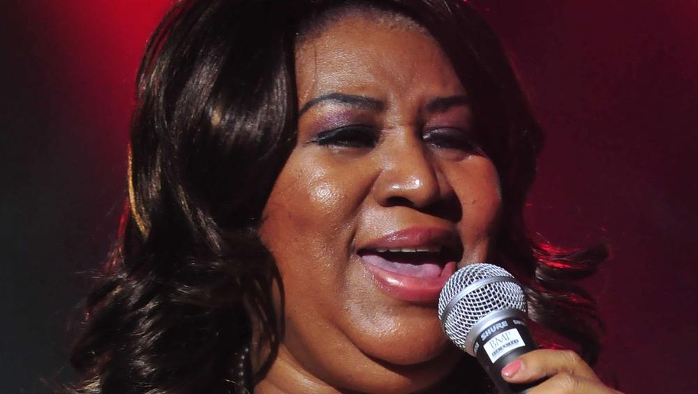 Aretha Franklin cantando en un micrófono