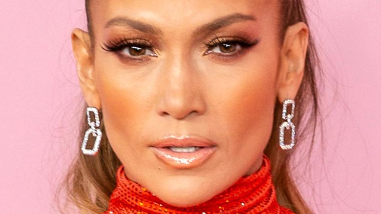 Jennifer Lopez mirando