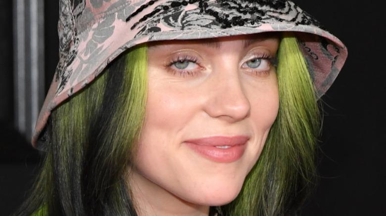 Billie Eilish sonriendo