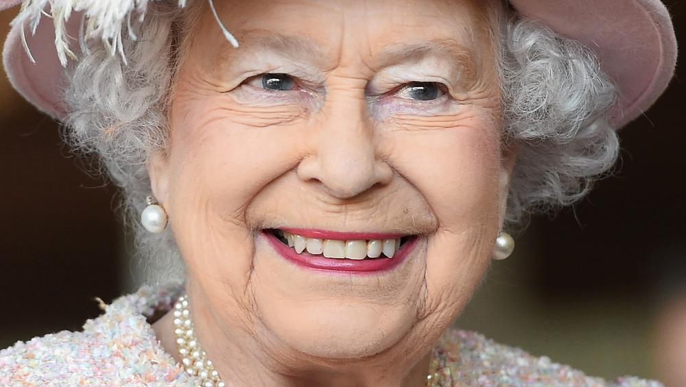 La reina Isabel II se dirige al público