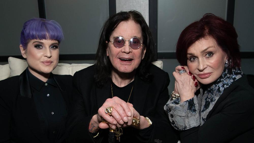 Sharon Osbourne sentada junto a su esposo Ozzy Osbourne y su hija Kelly Osbourne