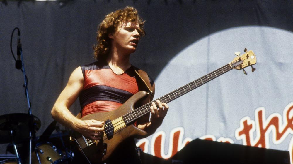Scott Smith de Loverboy actuando con Iron Maiden