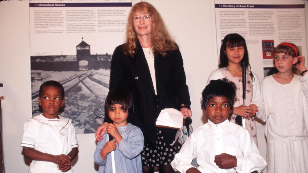 Mia Farrow y sus hijos, 1996 en la ciudad de Nueva York.