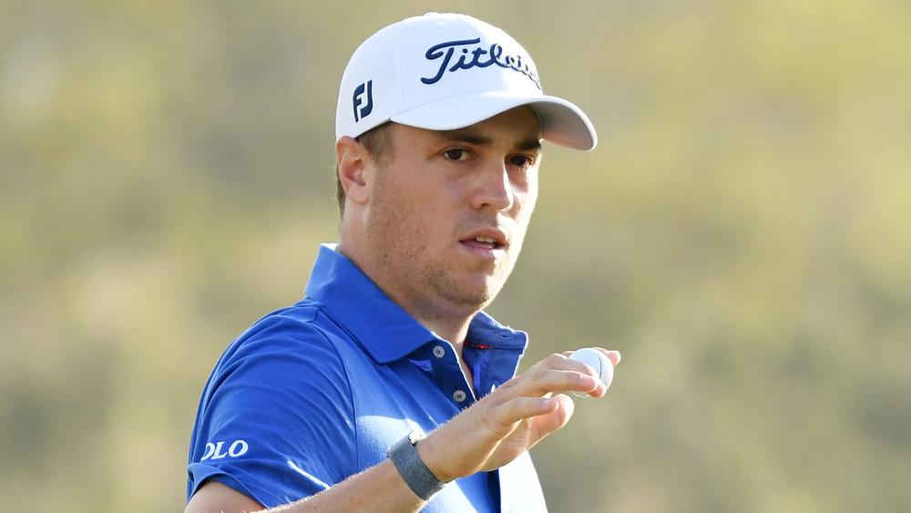 Justin Thomas jugando al golf