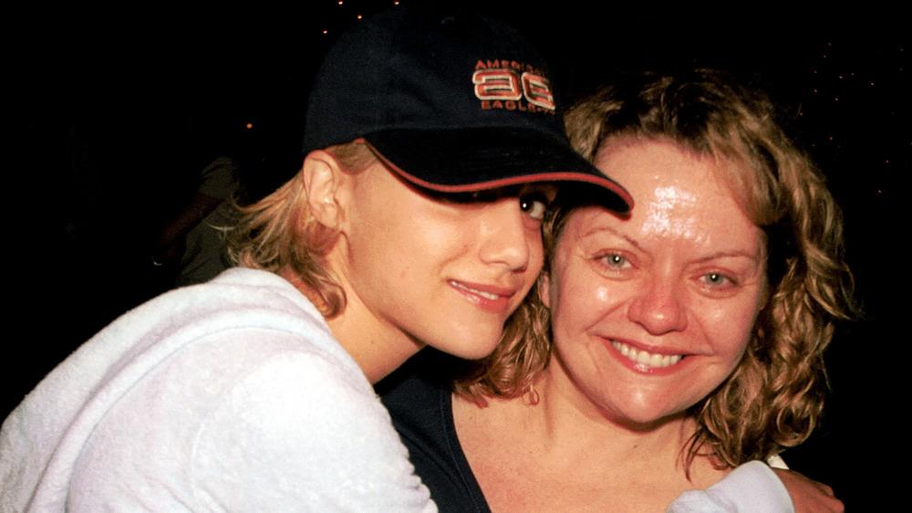 Brittany Murphy abrazando a su madre