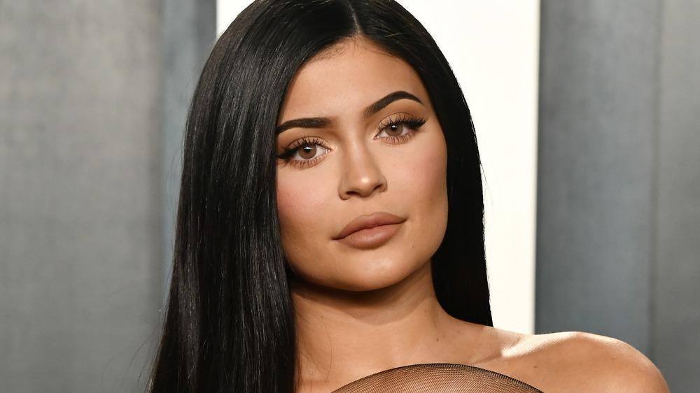 Kylie Jenner posando en la alfombra roja