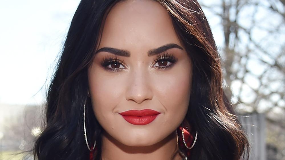 Lápiz labial rojo deportivo Demi Lovato