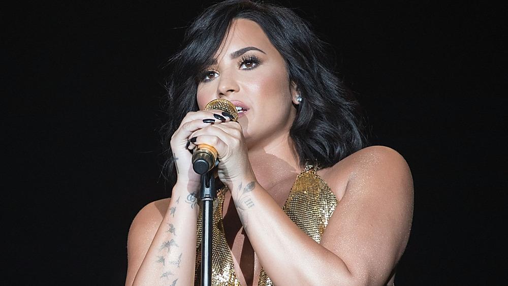 Demi Lovato cantando en el escenario