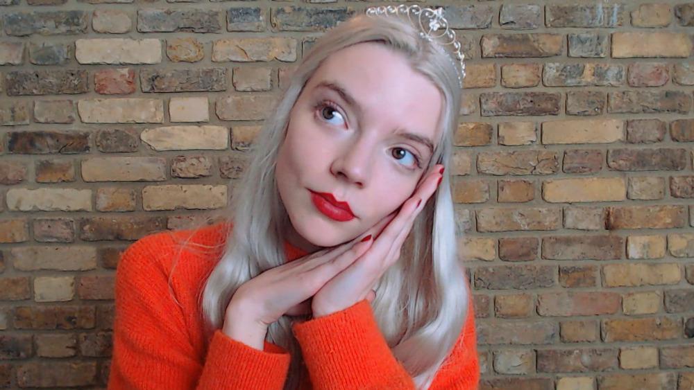 Anya Taylor-Joy con tiara y top rojo
