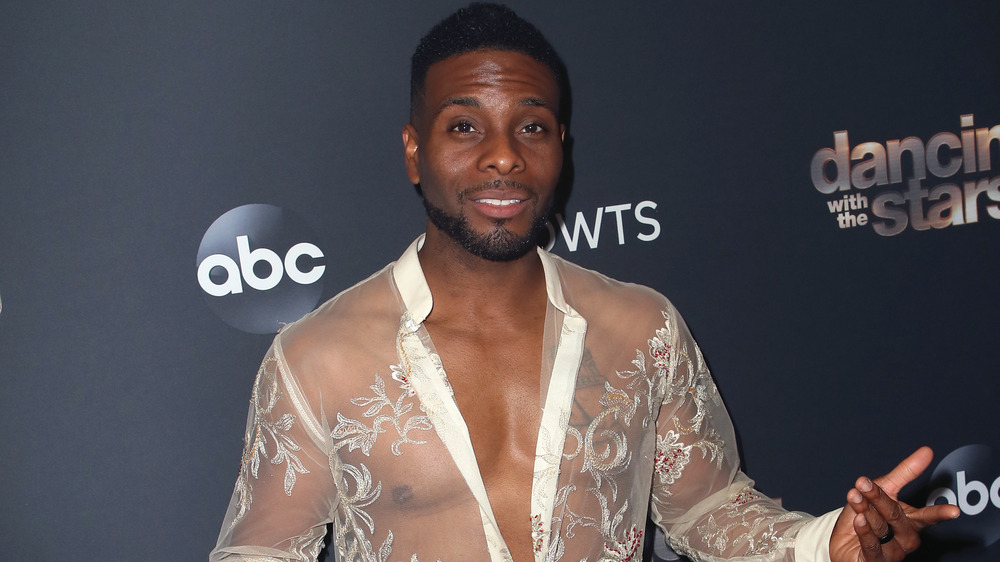 Kel Mitchell luciendo una camiseta transparente para Dancing with the Stars