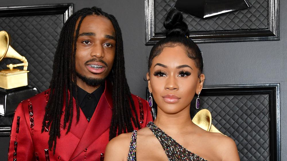 Saweetie y Quavo posando en los Grammy