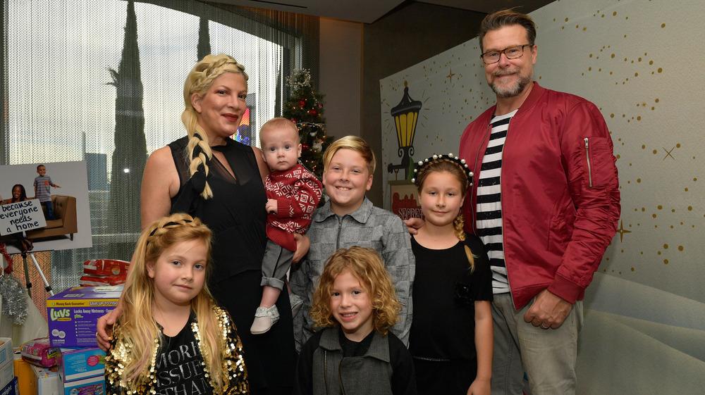 Tori Spelling y Dean McDermott posando con sus hijos