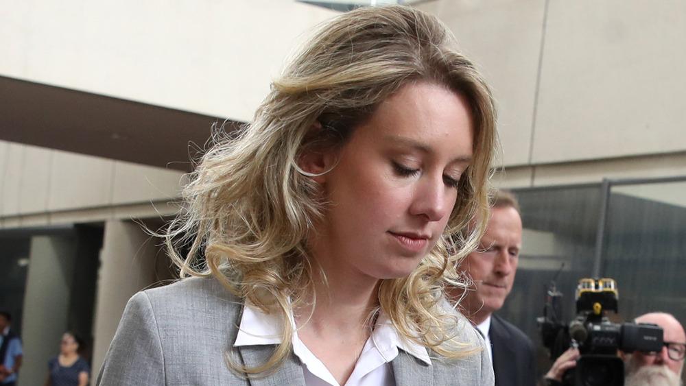 Elizabeth Holmes saliendo del juzgado