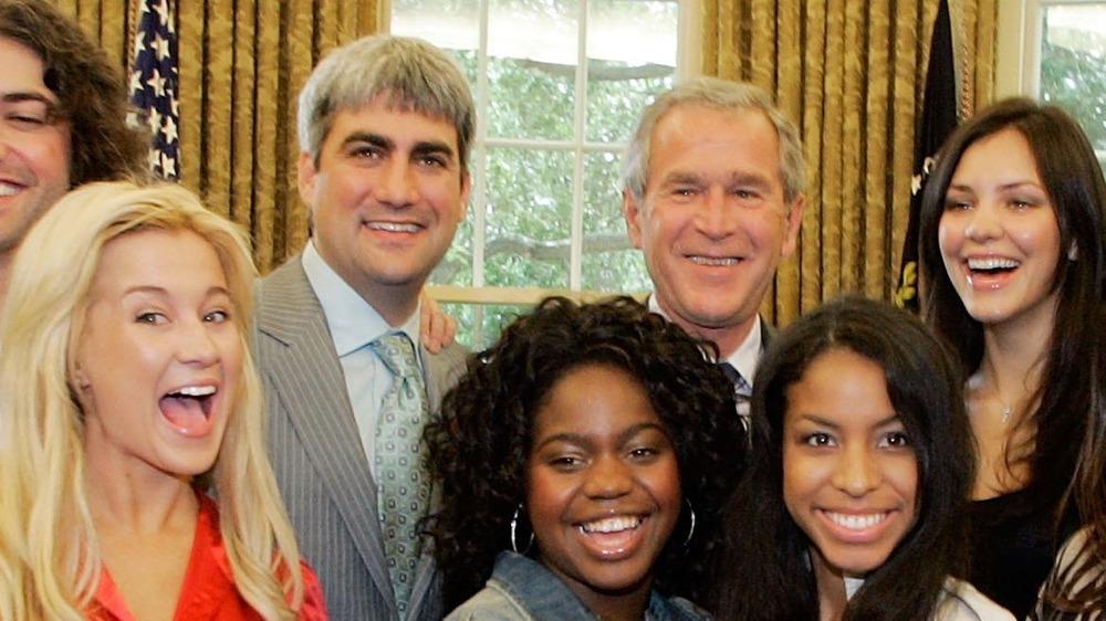 Katharine McPhee, Kellie Pickler y otros concursantes de American Idol posan con George W. Bush
