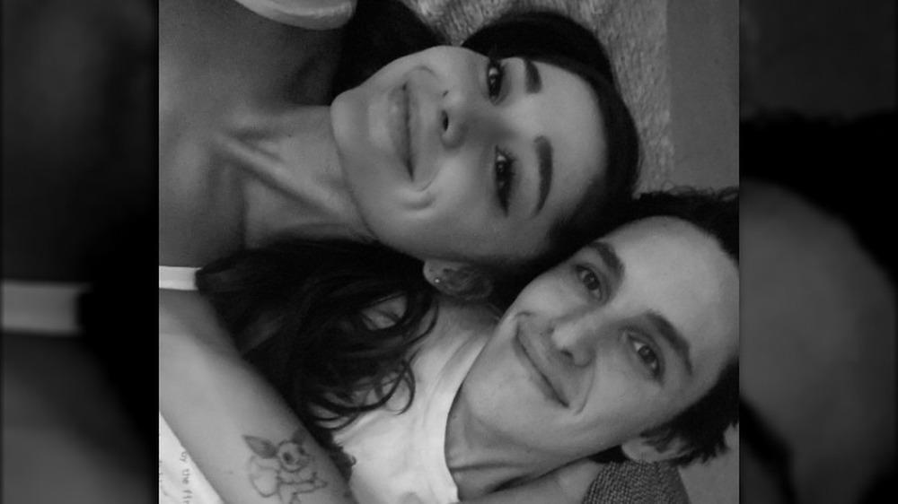 Ariana Grande y su prometido Dalton Gomez sonriendo en selfie