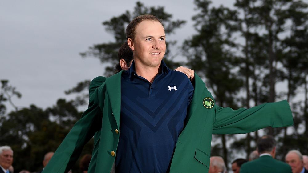 Jordan Spieth poniéndose su chaqueta verde de Masters