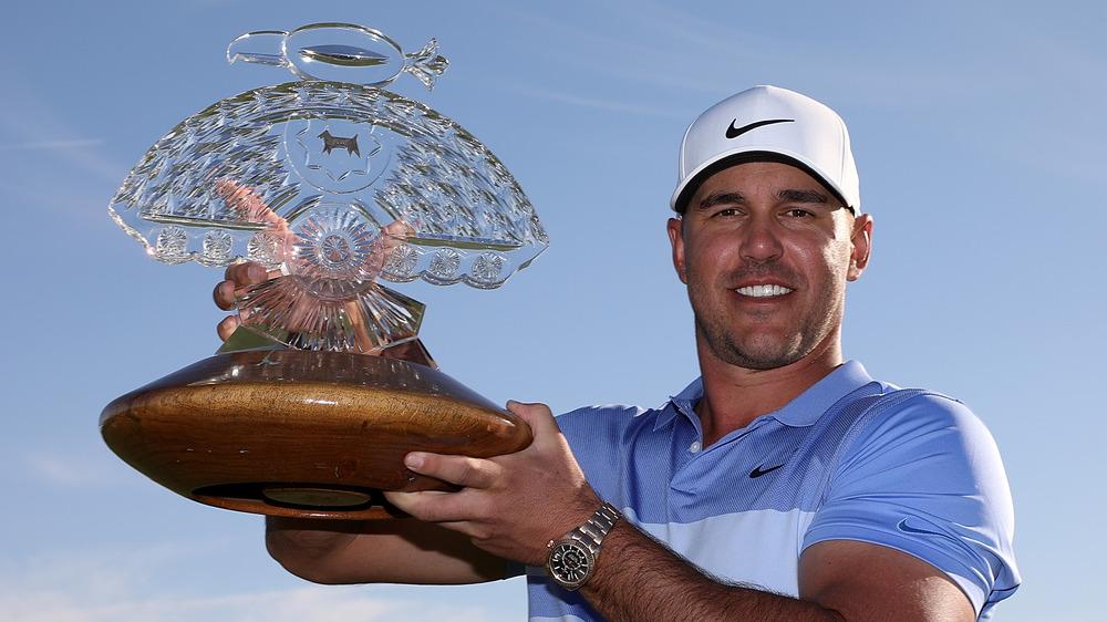 Brooks Koepka sosteniendo un trofeo