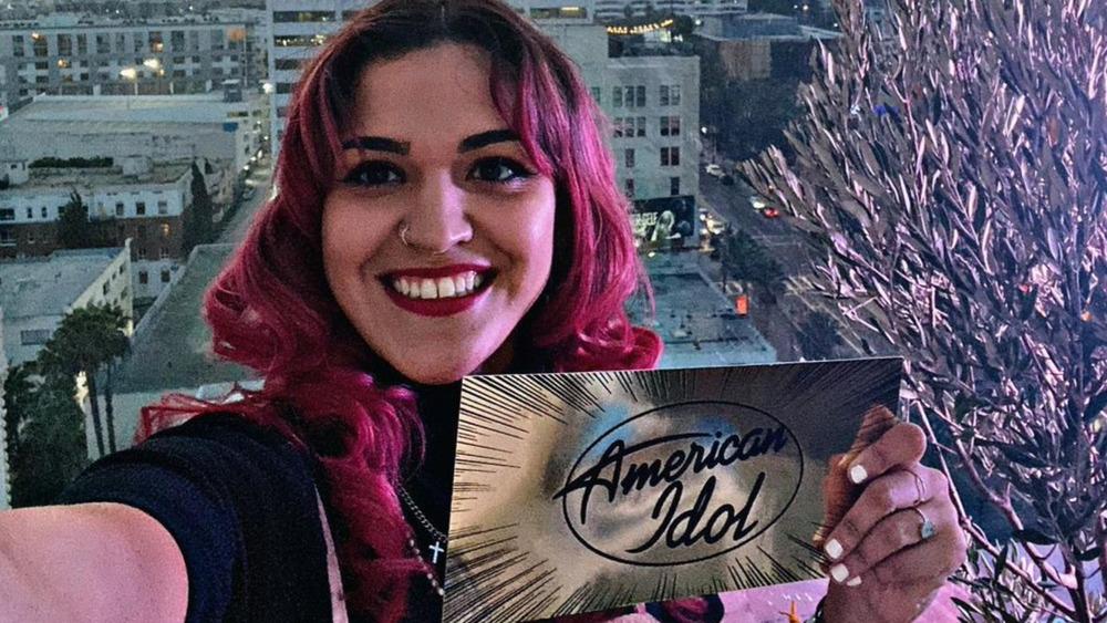 Andrea Valles sosteniendo una tarjeta de American Idol