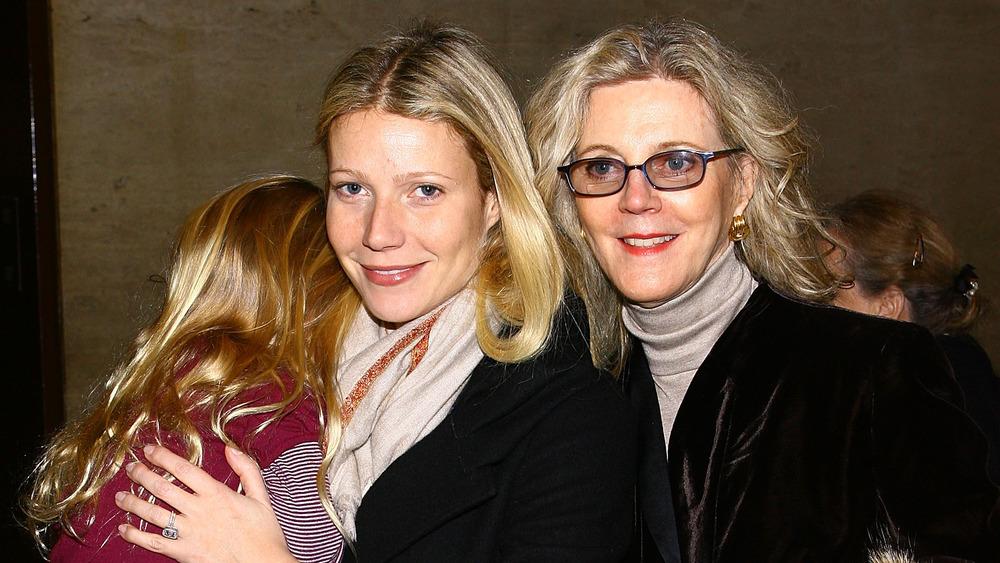 Apple Martin, Gwyneth Paltrow y Blythe Danner posando