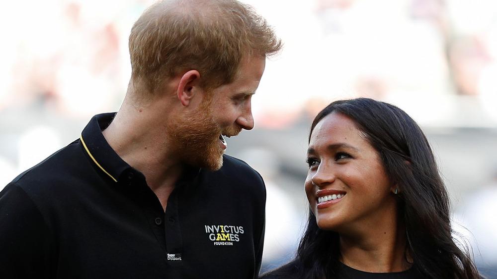 El príncipe Harry y Meghan Markle se sonríen el uno al otro
