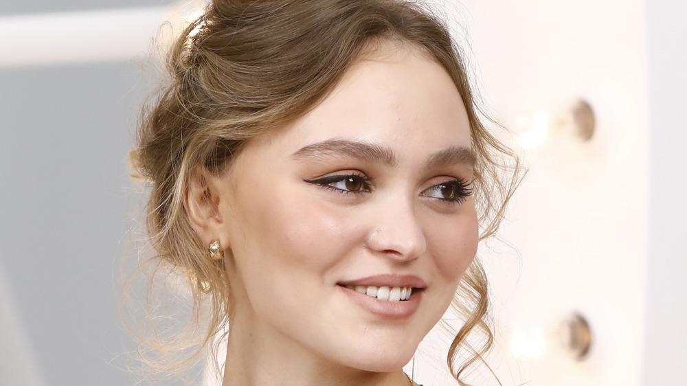 Lily-Rose Depp sonríe para las cámaras en un evento de moda