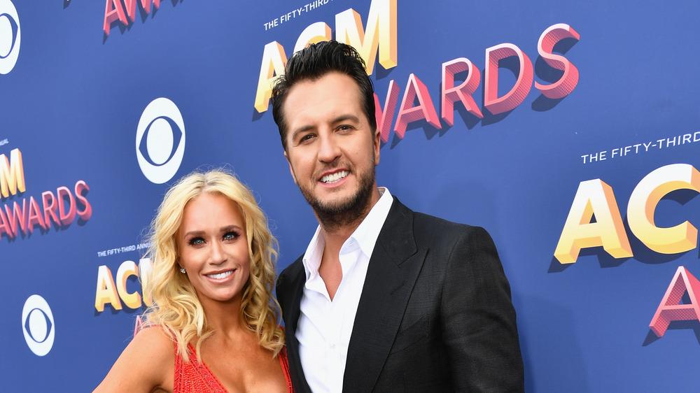 Luke Bryan y Caroline Boyer asisten a la 53a edición de los Premios de la Academia de Música Country