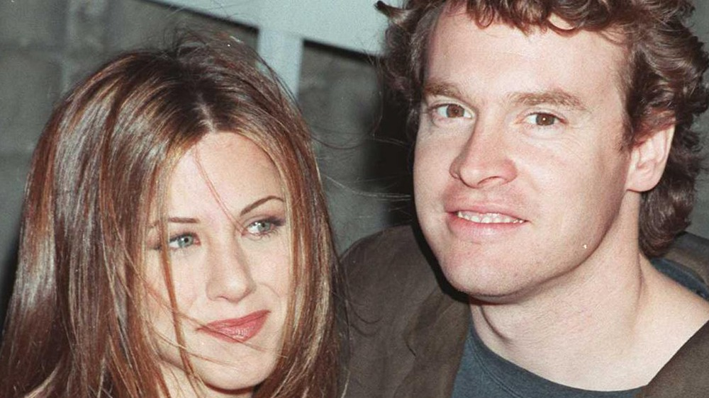 Jennifer Aniston y Tate Donovan sonriendo
