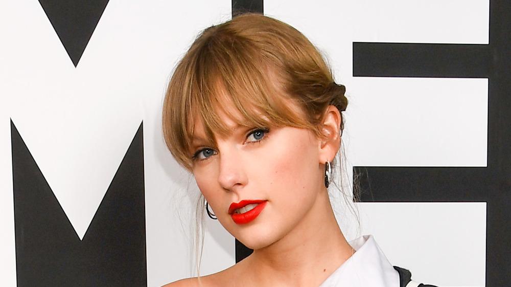 Taylor Swift con una expresión seria