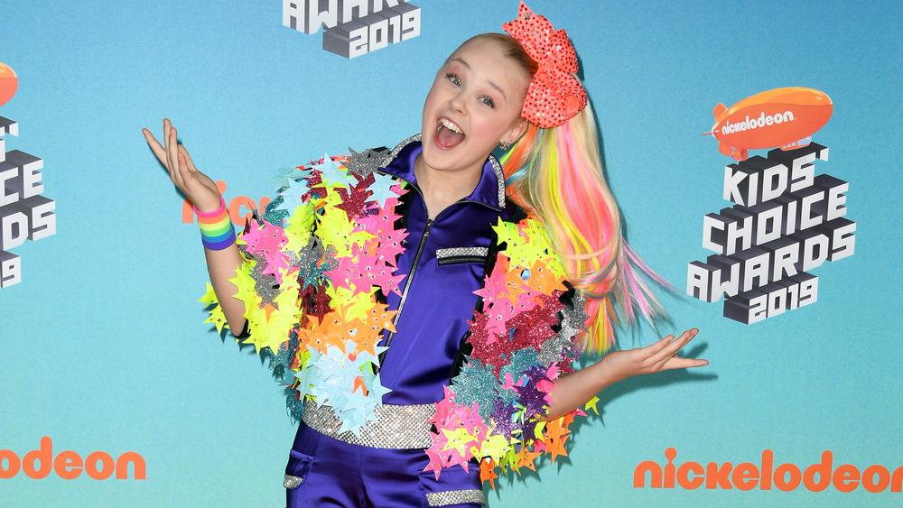 JoJo Siwa posando en la alfombra roja de los Nickelodeon Kids 'Choice Awards