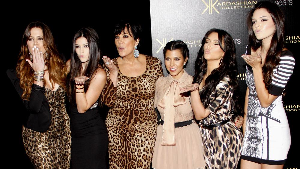 Khloe Kardashian, Kylie Jenner, Kris Jenner, Kourtney Kardashian, Kim Kardashian, Kendall Jenner, posando