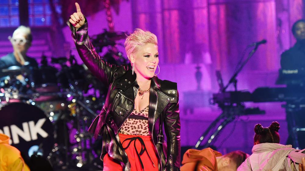 Pink actuando en el escenario