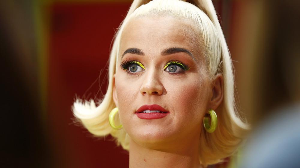 Katy Perry luciendo sorprendida