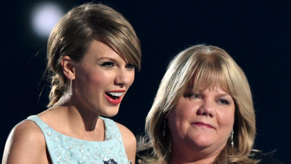Taylor Swift y su mamá, Andrea Swift en el escenario