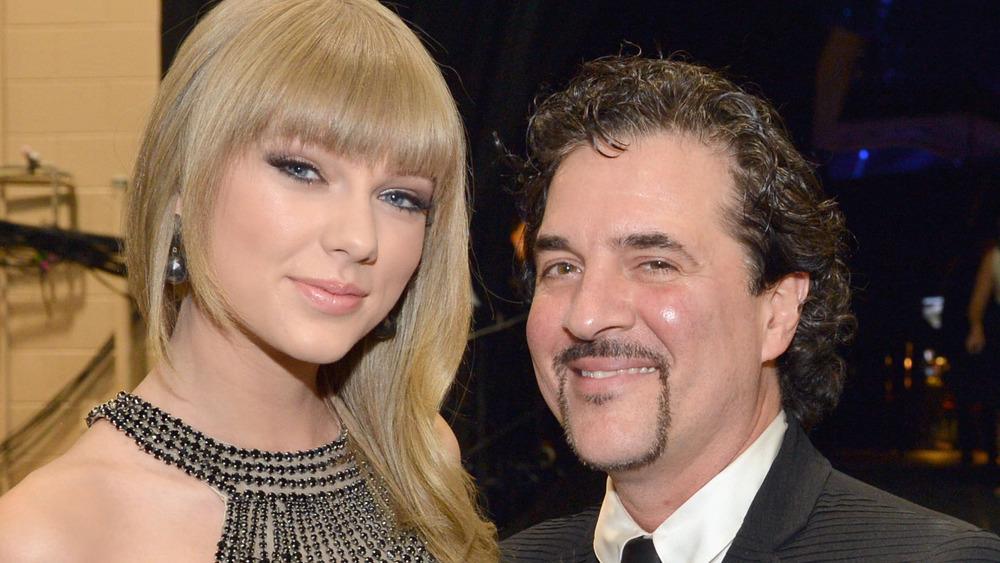 Taylor Swift y Scott Borchetta en los CMA