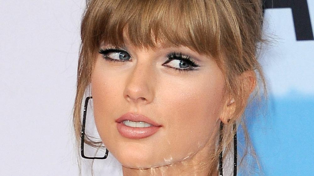Taylor Swift mirando de reojo