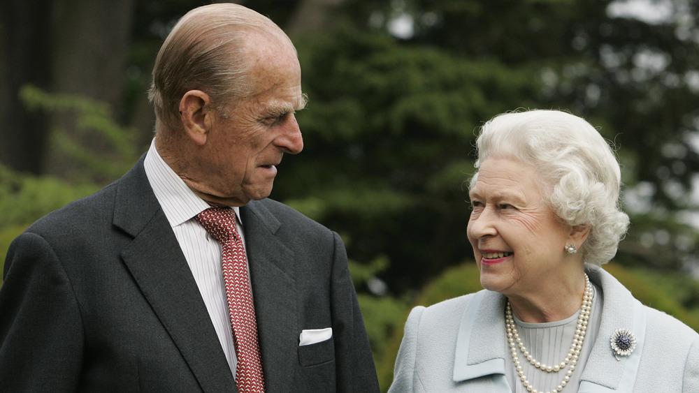 El príncipe Felipe y la reina Isabel sonriendo